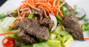 Garden_Salad_With_Grilled_Sirloin_Plated_Close