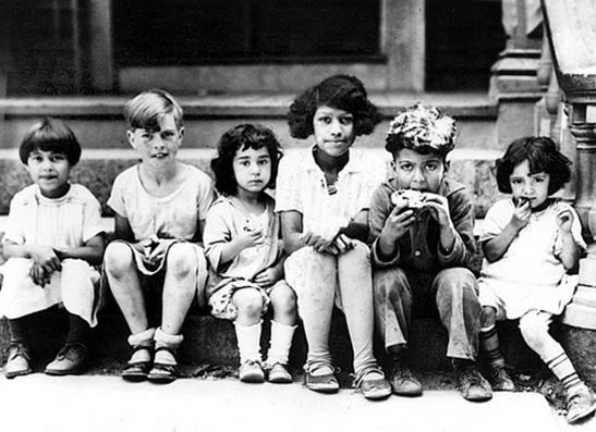 textile-strike-1928-children-snack-while-parents-picket-spinner